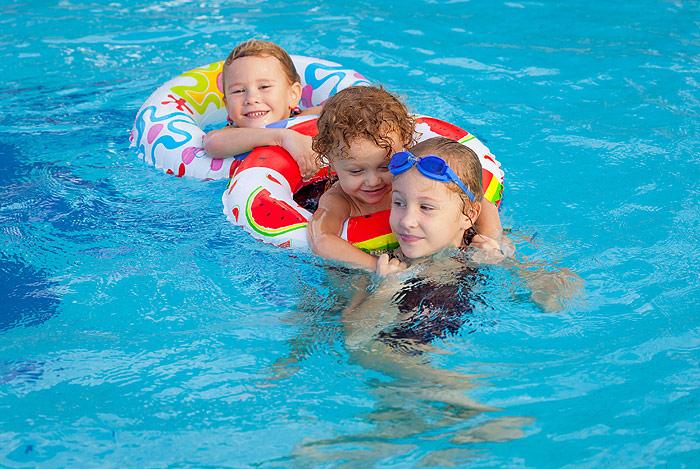 Schwimmen im v lser weiher badesee im schlerngebiet in s dtirol for How many children die in swimming pools